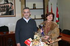 Jose Luis Clemente con una de las ganadoras de las cestas proporcionadas por la asociación de comerciantes de ermua
