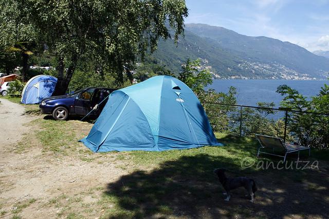 con la tenda in campeggio sul lago Maggiore
