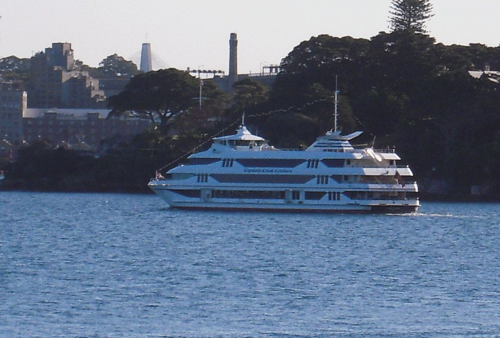 """""""Is anyone home...?"""" - Captain Cook Cruises """"Sydney Y 2000"""" off Kirribilli Point - 12 September 2011"""