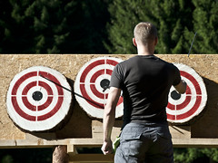 Eurothrowers Big Meet 2011 (Richard Sunderland) Tags: knife competition target axe throwing tomahawk doppelaxe
