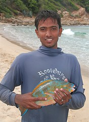 Fisherman with Parrot Fish at Manayaweli Bay, Trincomalee, Sri Lanka (Sekitar) Tags: boy portrait fish beach work bay fisherman parrot srilanka trincomalee ikan trinco nelayan sekitar earthasia tirikunamalaya manayaweli