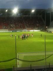 Juble nach dem Heimsieg gegen RWO (3ecke11er) Tags: berg fans stadion offenbach abendstimmung ofc kickers