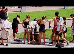 Que Calor Agua por Favor (tetegil) Tags: barcelona gente fuente catalunya calor  robado nikond60  fototetegil