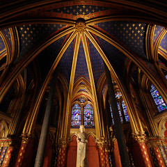 Lower chapel - Sainte-Chapelle - Paris - France (tom.wright) Tags: city blue red paris france glass yellow statue square gold sainte europe angle wide perspective wideangle chapel symmetry ceiling line symmetric curve chapelle saintechapelle canonefs1022mmf3545usm tomwright copyright2010