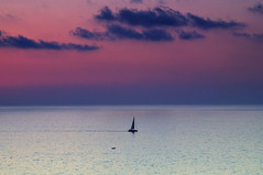 Tropea (bautisterias) Tags: pwpartlycloudy night sunset seascape water crowd sunburst