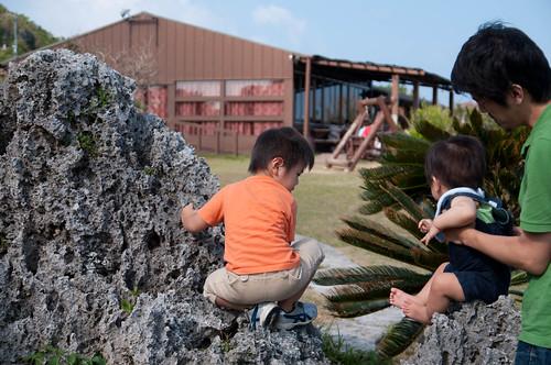 岩に登る子供たち