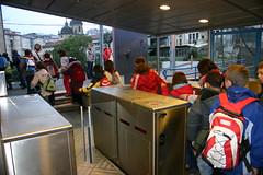 Estudiantes de Sallabente Eskola, Ongarai y Eskolabarri diriguiendose al tren para ir a Deba de excursión