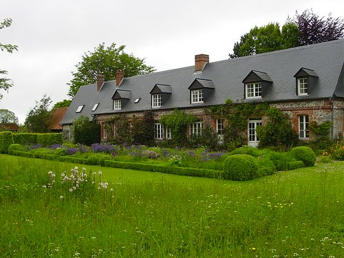 Semi-formal front garden