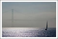 Velero en la niebla (La ventana de Alvaro) Tags: puente mar lisboa tajo niebla 25deabril velero riotajo afiaie