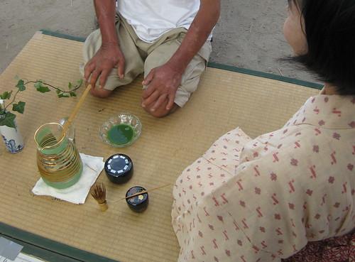 釜ヶ崎夏祭り2011習字の横でお茶