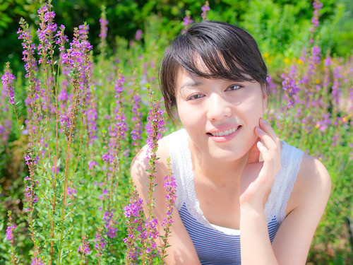 [フリー画像] 人物, 女性, 草原, 日本人, 201108300700