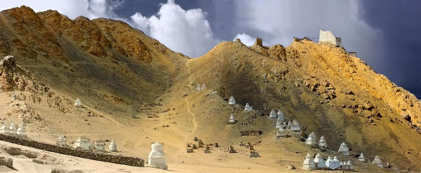 Чортены неподалёку от Спитук гомпы. Ладакх, Индия. Панорамы Гималаев