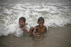 In the sea... (LUCIDE-Prod) Tags: sea india kids enfants mumbai inde juhubeach bombai
