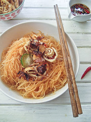 Spicy Thai Stir-fried Rice Noodles (Bihun)  (Smoky Wok (Jasmine)) Tags: noodles lime shallots thainoodles tangy eggrolls ricenoodles thaicuisine southeastasiancuisine  bihun mihun spicythainoodles asianhomecooking