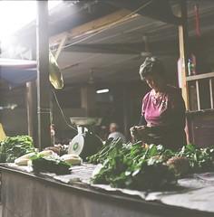 巴剎阿嫂 (Ifitis) Tags: light green 120 film vegetables leaves mediumformat kodak tl 400 malaysia pentacon six vc pasar p6 pentaconsix czj