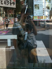 朝散歩とらちゃん、TSUTAYAのガラス (2011/9/15)