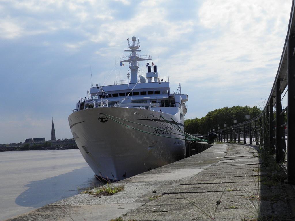 Paquebot Astor dans le port de Bordeaux - P9150070