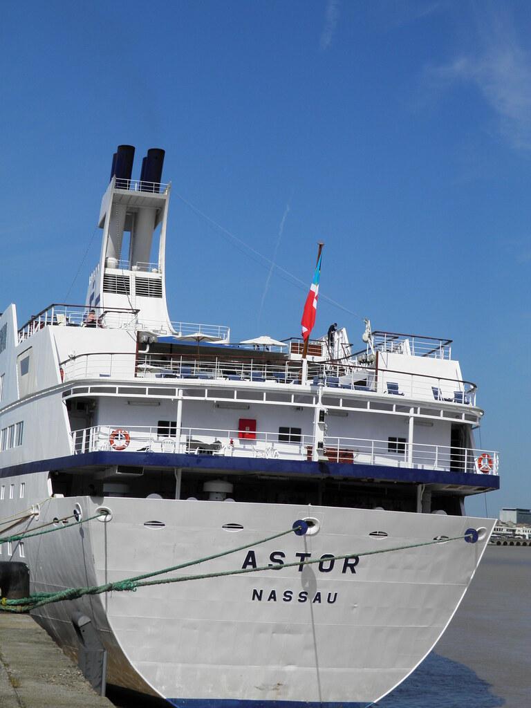 Paquebot Astor dans le port de Bordeaux - P9150103