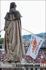 (Soniko   Kaleko Begiak) Tags: de se grande no country bilbao ez bom manifestacion bizkaia basque vasco semana euskadi vizcaya bilbo pais baskenland aste nagusia toca euskal herria bez okupa aurrera 2011 apoyo manifestazioa kukutza aldeko ikutu gaztetxeen