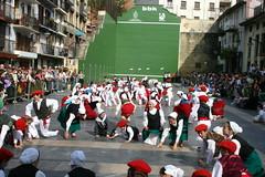 Diferentes grupos realizando los bailes típicos en la plaza Cardenal Orbe