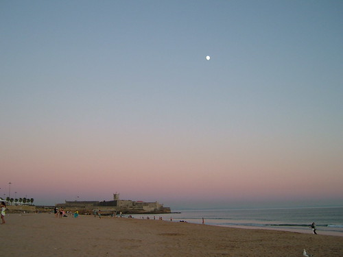 The beach, the castle and the moon / A praia, o forte e a lua  by margarida belchior