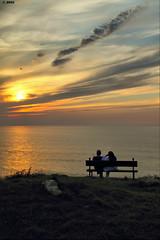 Contemplando el atardecer (Josepargil) Tags: atardecer mar pareja banco cielo nubes puestadesol ocaso contemplando josepargil peregrino27worldchanging