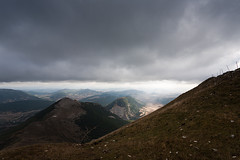 cercano (Jorge Losada) Tags: light mountains luz clouds cloudy space raum hills nubes cantera navarra espacio montes cuesta spazio rampa colinas nafarroa nuboso gaztelu txurregi jorgelosada