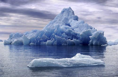 bonito iceberg al fondo