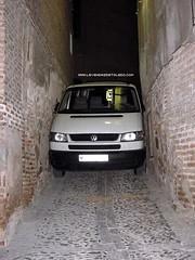 Furgoneta atrapada en una calle Toledana