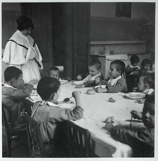 I bambini a pranzo nella mensa dell'Istituto, 1938