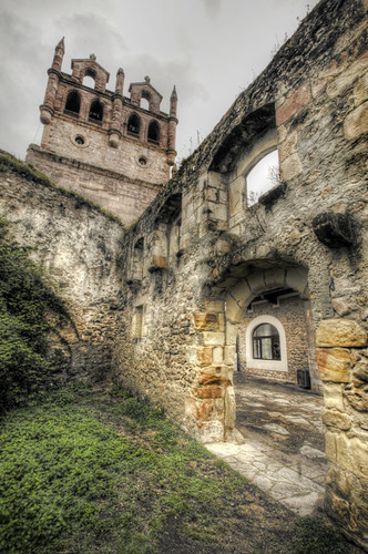 Church and ruins. San Vicente de la Barquera. Cantabria. Iglesia y ruinas