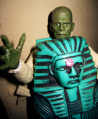 Boris Karloff type - Imhotep the Mummy 8999 (Brechtbug) Tags: new york city shadow green dusty halloween its monster sphinx museum wrapping toy toys scary sand ancient desert pyramid action vampire tomb egypt wrapped twist case covered egyptian figure horror terror type pharaoh sarcophagus boris ash monsters jem universal alive mummy corpse creature archeology dig bandage mummies jewel fright excavation antediluvian karloff imhotep