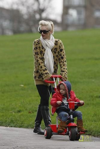 gwen stefani wears leopard print sweater
