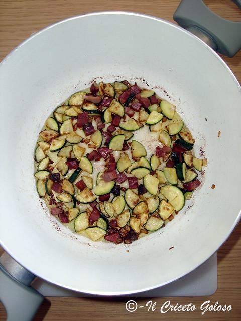 Taiarin con zucchine speck pesto mandorle e olive - domo