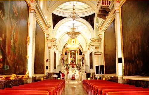Nave central con el altar y la imagen de san Miguel en el fondo