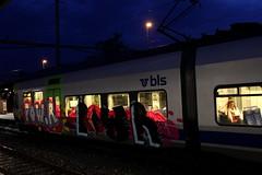 Versprayte BLS NINA RABe 525 21 am Bahnhof in Thun im Kanton Bern in der Schweiz (chrchr_75) Tags: train de tren schweiz switzerland suisse swiss eisenbahn rail railway zug september locomotive bern nina christoph svizzera bls bahn 525 treno chemin centralstation fer locomotora tog rabe juna lokomotive bombardier lok ferrovia simplon spoorweg suissa 1109 locomotiva lokomotiv ferroviaria 鉄道 2011 locomotief chrigu lötschberg поезд rautatie паровоз zoug trainen lötschbergbahn железнодорожный chrchr hurni chrchr75 chriguhurni rabe525 albumblslötschbergbahn albumbahnenderschweiz2011 albumblsnina hurni110917 chriguhurnibluemailch