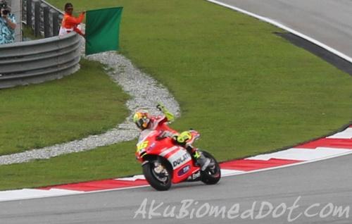 Valentino Rossi ketika sesi memanaskan enjin