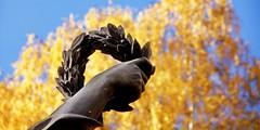 Der Mittag (C MB 166) Tags: autumn sculpture tree art fall leaves germany deutschland dresden kunst saxony laub herbst skulptur sachsen ladybird baum mittag chemnitz marienkfer plastik coccinellidae 1868 schlossteich brhlscheterrasse johannesschilling castlepond viertageszeiten schillingschefiguren