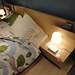 木目が美しいイケアのナイトテーブルの写真