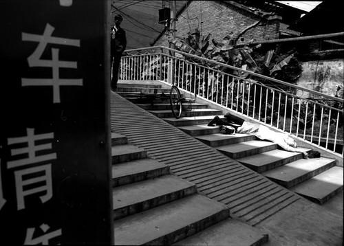 行为艺术《意外死亡现场》,2003年,昆明