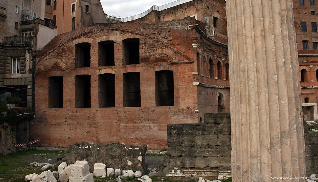 Uma coluna em mármore, em frente das pedras caídas do Mercado de Trajano.