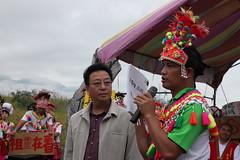 部落青年會代表將2千多人連署反對都蘭BOT的連署書交給交通部觀光局的代表 郭靜雯攝