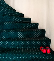 (Pedro Herrero) Tags: red verde green landscape island iceland islandia rojo shoes paisaje reykjavik zapatos escaleras starirs