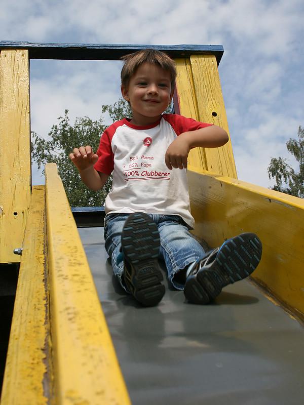 Kind auf der Rutsche