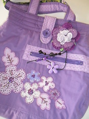 Bolsa Lilás Apliqué (Cantinho Meu) Tags: flor moda fuxico feltro bolsa pedras tecido chaveiro aplique
