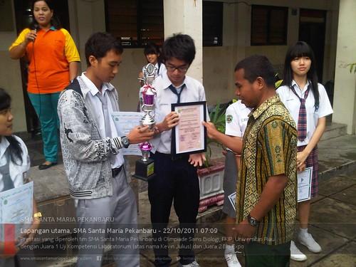 Penyerahan piala dan sertifikat kepada pemenang OSB2011