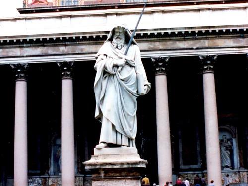 Estatua de San Pablo en el frente