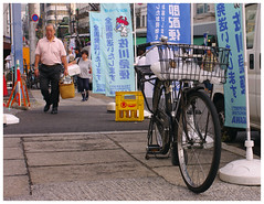(It's Stefan) Tags: fish bike japan tokyo market transport flags tsukiji bici velo tsukijifishmarket