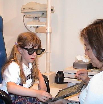 serie de láminas estereoscópicas polarizadas que la persona observa con gafas polarizadas a una distancia de 33cm