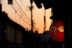 Gion Sunset : Kyoto, Japan / Japn (Lost in Japan, by Miguel Michn) Tags: street city sunset urban orange japan atardecer calle kyoto cityscape explore lanterns   gion puestadesol farol kioto naranja ocaso tourou paisajeurbano japn chouchin   linternas  explored gionkobu